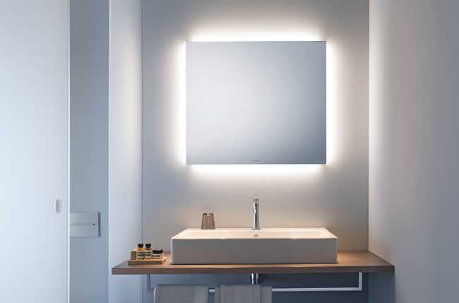 lamper over spejl i badeværelse