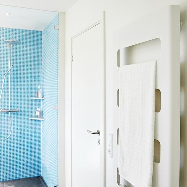 mosaik badeværelse Smuk bruseniche i azur blå mosaik mosaik badeværelse