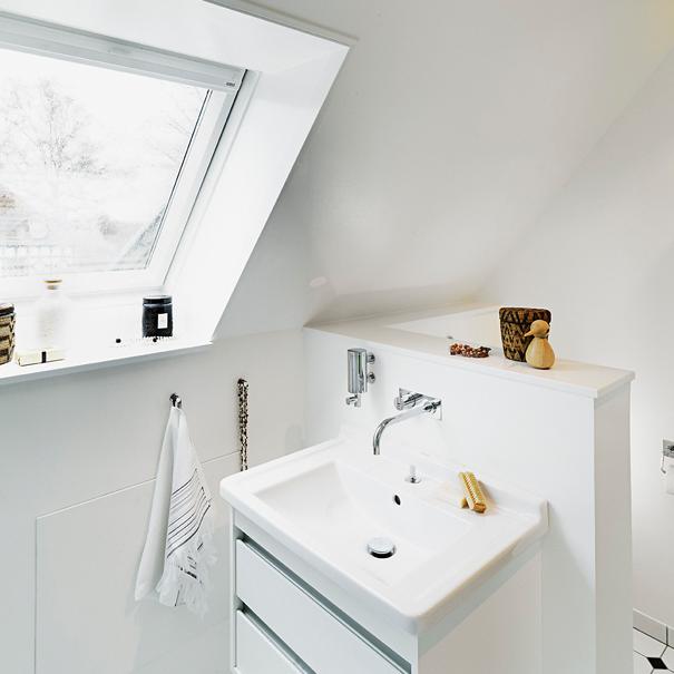 Toilet i fred bag afskærmning i badværelse med skråvægge