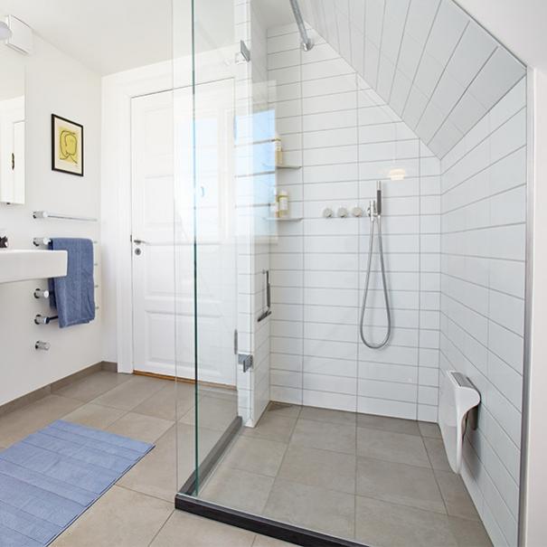 badeværelse med skråvæg Skrå vægge ingen hindring til en dejligt badeværelse badeværelse med skråvæg